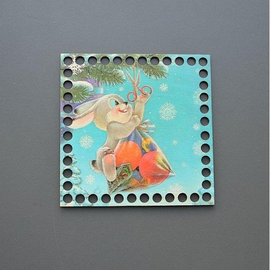 Новогоднее донышко с цветной печатью (Зайка с подарком) Houseyarn
